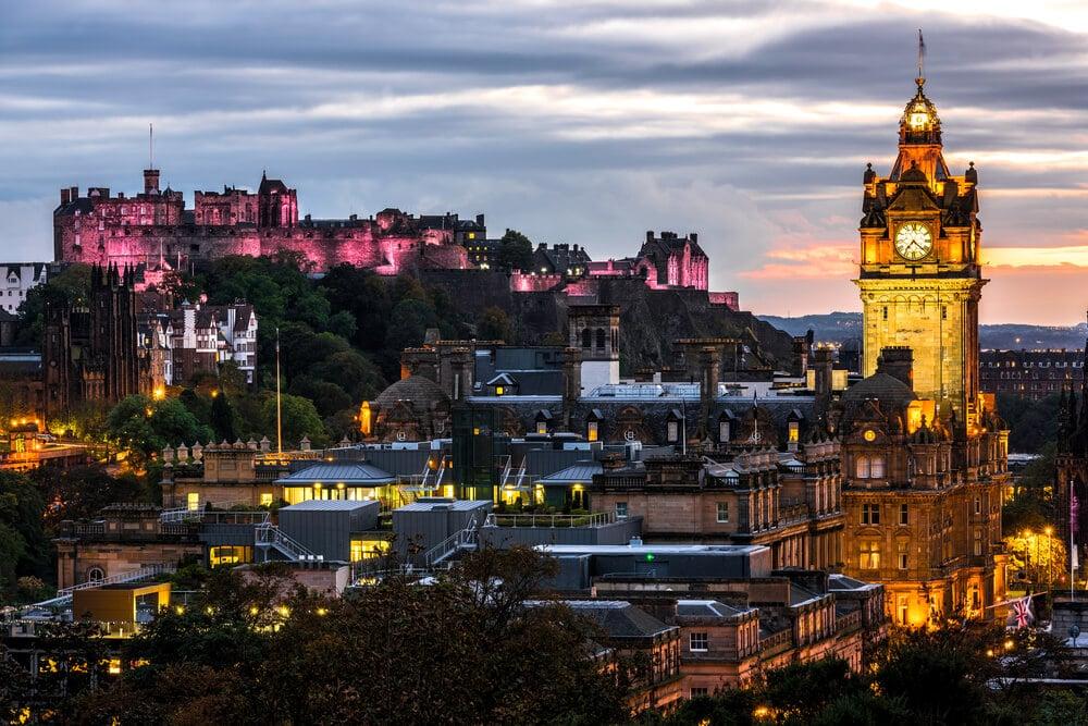 ein überragender Blick über Edinburgh: Burg Edinburgh © SurangaSL / Shutterstock