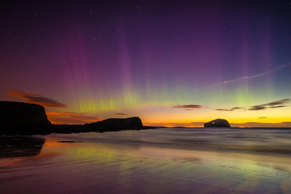 Polarlichter am seacliff Strand in Schottland © Sean Foo Photography / Shutterstock