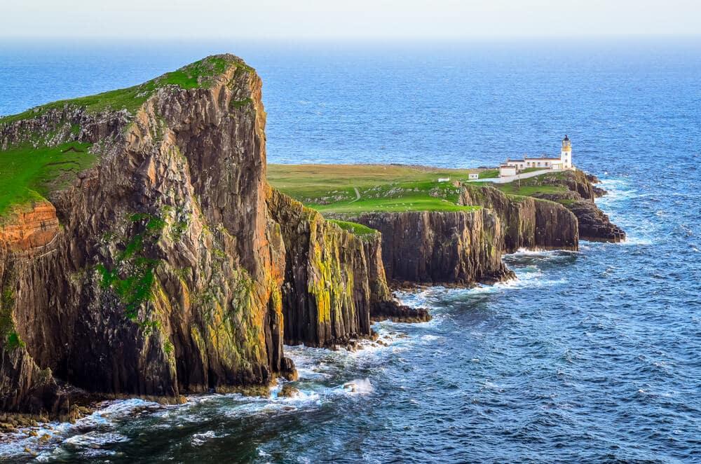Bild eines Leuchtturms auf dem westlichsten Punkt Schottlands © Martin M303 / Shutterstock
